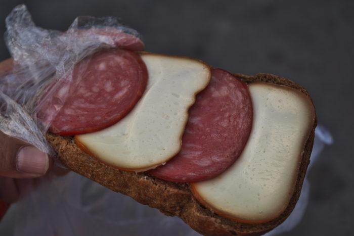 チーズとサラミのオープンサンド
