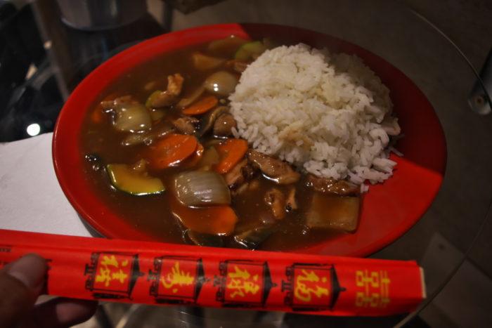 白ご飯+チキンと野菜中華炒め