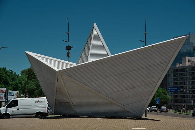 紙の船の像(Escultura Barquito de Papel)